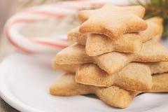 Gwiazdowi ciastka i cukierek trzcina na stole Obraz Stock