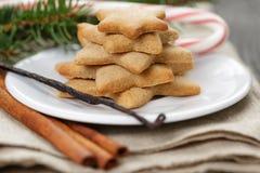 Gwiazdowi ciastka i cukierek trzcina na stole Zdjęcie Royalty Free