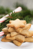 Gwiazdowi ciastka i cukierek trzcina na stole Zdjęcia Royalty Free