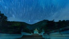 Gwiazdowy ślad na świątyni w nighttime zbiory