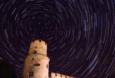 Gwiazdowy ślad w nocnym niebie przy midnight uprawą Zdjęcia Royalty Free