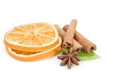 Gwiazdowy anyż, cynamon, wysuszona pomarańcze i zieleń, opuszczamy na bielu Zdjęcie Stock