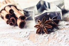 Gwiazdowy anyżowego ciastka krajacza cynamon i mąka na pieczeniu wsiadamy Chr zdjęcie stock