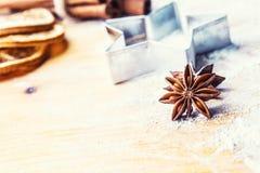 Gwiazdowy anyżowego ciastka krajacza cynamon i mąka na pieczeniu wsiadamy Chr zdjęcie royalty free