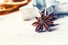 Gwiazdowy anyżowego ciastka krajacza cynamon i mąka na pieczeniu wsiadamy Chr obraz stock