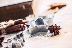 Gwiazdowy anyżowego ciastka krajacza cynamon i mąka na pieczeniu wsiadamy Chr zdjęcia stock