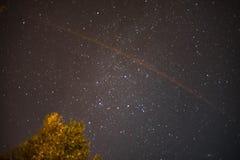 Gwiazdowy niebo przy nocą z kometa śladem obrazy royalty free