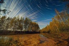 Gwiazdy i chmury ślada Nad jeziorem Obrazy Stock
