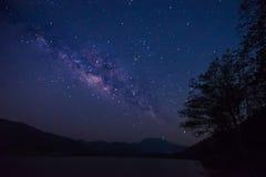 Gwiazdy i milky sposób w niebie nad jeziorem Selekcyjny focu obraz stock