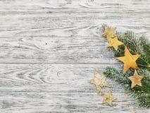Gwiazdy i sosna na drewnianym tle Sosna rozgałęzia się zakończenie obraz stock