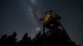 Gwiazdy niebo z milky sposobem obraca nad punktu obserwacyjnego wierza czasu upływem Astronomii gwiaździsta noc 4K zbiory wideo
