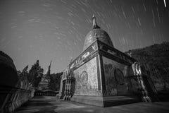 Gwiazdy noc startails nad Doi Thaen Phra Pha Luang świątynią w czarny i biały Obraz Royalty Free