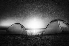 Gwiazdy nocy podróży światła jeziorny namiot obraz stock