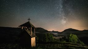 Gwiazdy rusza się nad drewnianą dzwonnicą w górach i mgłowym dolinnym wiejskim kraju z milky sposobu galaxy Dolly strzału czasu u zbiory wideo