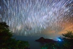 Gwiazdy rusza się przy nocnym niebem zdjęcia stock
