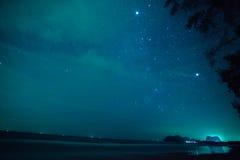Gwiazdy w chmurnym nocnym niebie przy morzem w Tajlandia Zdjęcie Royalty Free