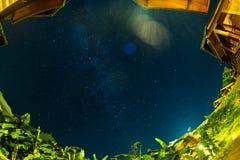 Gwiazdy w nocnym niebie nad domem i drzewnym Milky sposobem Obrazy Royalty Free
