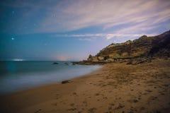 Gwiazdy w perfect nocy w plaży Obrazy Royalty Free