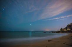 Gwiazdy w perfect nocy w plaży Zdjęcie Royalty Free