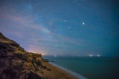 Gwiazdy w perfect nocy w plaży Zdjęcia Royalty Free
