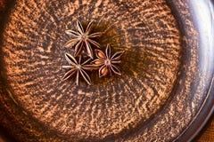 Gwiazdy wysuszony anyżowy Illicium verum na naturalnym tle, zamykają up Bożenarodzeniowe aromatyczne pikantność na nieociosanym s zdjęcia stock