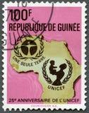 GWINEA - 1971: przedstawienia UNICEF emblemat, mapa Afryka, serii 25th rocznica Zdjęcie Stock
