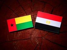 Gwinei Bissau flaga z egipcjanin flaga na drzewnym fiszorku Zdjęcie Stock