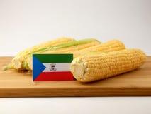 Gwinei Równikowej flaga na drewnianym panelu z kukurudzą odizolowywającą na a zdjęcie royalty free