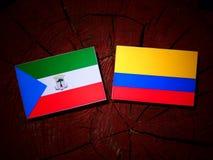 Gwinei Równikowej flaga z Kolumbijską flaga na drzewnego fiszorka isola zdjęcie stock