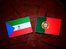 Gwinei Równikowej flaga z portugalczyk flaga na drzewnego fiszorka isol zdjęcia stock
