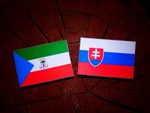 Gwinei Równikowej flaga z Slovakian flaga na drzewnego fiszorka isola zdjęcia royalty free