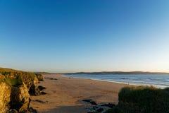 Gwithian-Strand an der Dämmerung lizenzfreie stockfotos