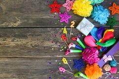Gwizd, balonów prezenty, świeczki, dekoracja na stary drewnianym Fotografia Stock