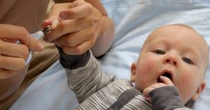 Gwoździa i palca manicure dla dziecka zbiory wideo