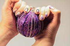 Gwoździe lacquered w zabaw bożych narodzeń stylu Na ringowego palca farbie Fotografia Stock