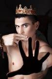 Gy med kronan stängde hans mun dina fingrar Arkivfoto