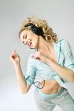 Gyckel-älska kvinnan som lyssnar till musik Arkivbild