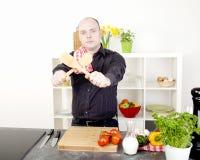 Man som förbereder sig att starta laga mat ett mål royaltyfri bild