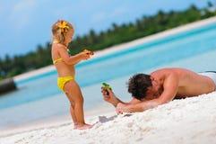 gyckel för fadern för stranddottern har exotiskt hans Arkivbild
