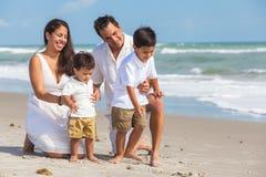 Gyckel för strand för moderfaderParents Boy Children familj royaltyfri fotografi