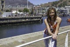 Gyckel i solen vid hamnen Arkivfoto