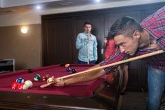 Gyckel med vänner under att spela billiard Arkivfoto