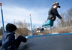 Gyckel på trampolin Royaltyfria Bilder