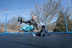 Gyckel på trampolinen Arkivfoton