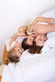 gyckel som har henne lat morgonkvinna för ungar Royaltyfri Fotografi