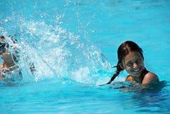 gyckel som har ungar, pool simning Royaltyfri Bild