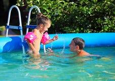 gyckel som har ungar, pool simning Royaltyfria Foton