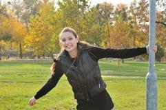 gyckel som utomhus har kvinnabarn fotografering för bildbyråer