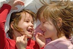 Gyckeln av små systrar Royaltyfri Fotografi
