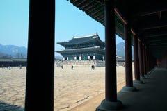 Gyeongbokgung gående skönhet åt sidan Arkivbilder